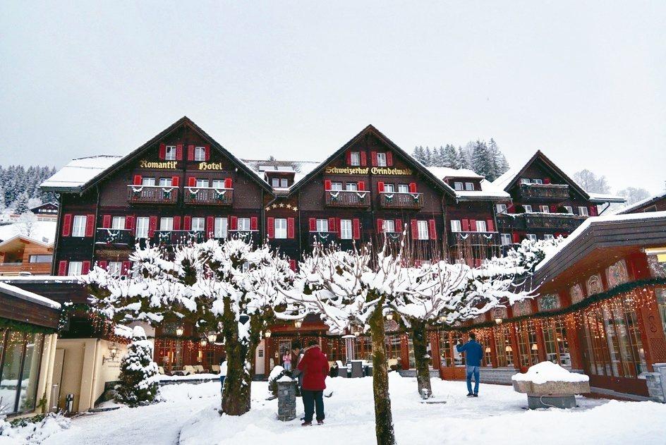 已有百年歷史的施瓦茨霍芙浪漫飯店,是格林德瓦唯一的五星級飯店。 圖/陳志光、游慧...