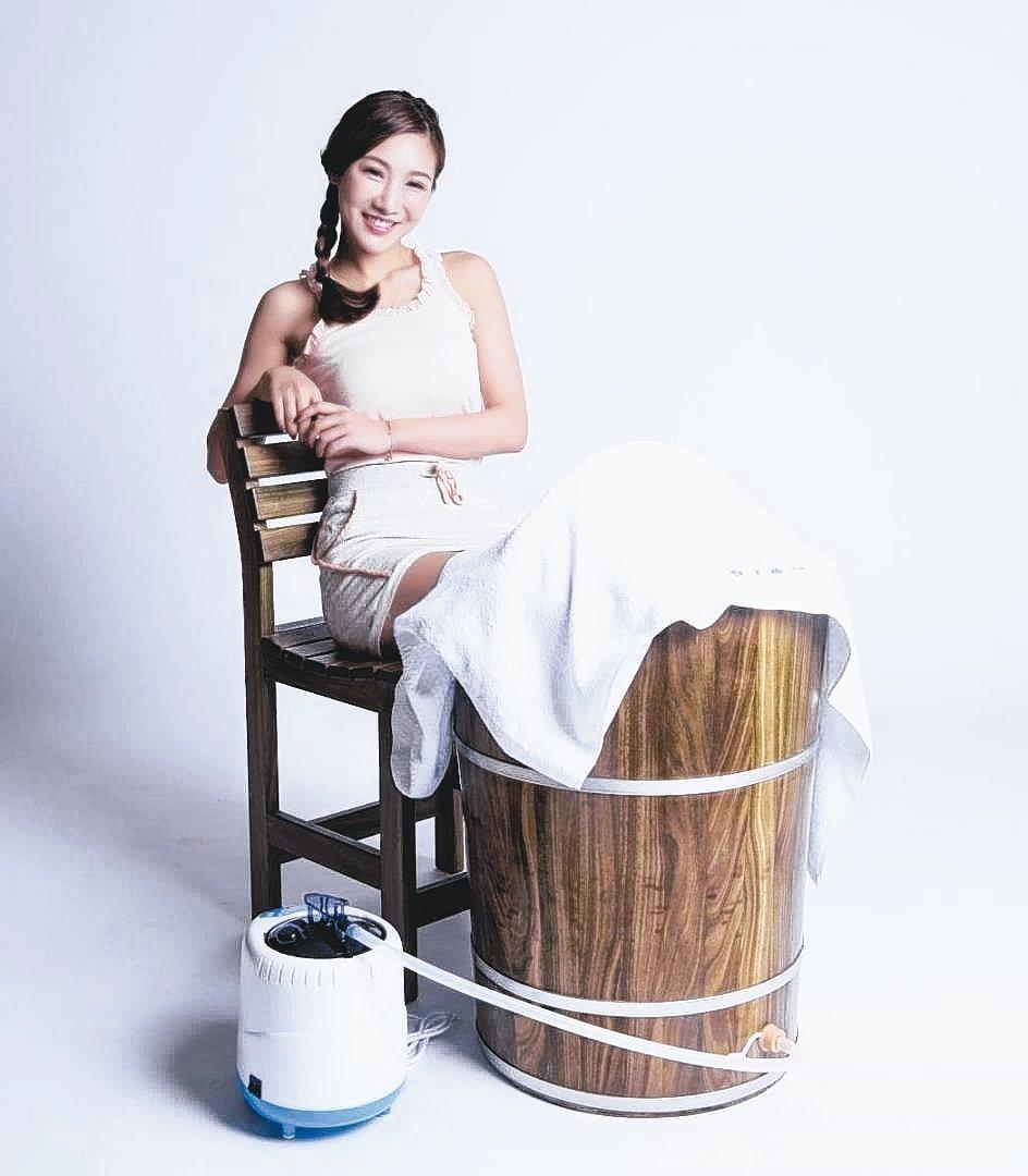 雅典木桶推出的綠檀足蒸桶,藉由蒸氣活絡足部反射區。 雅典木桶/提供