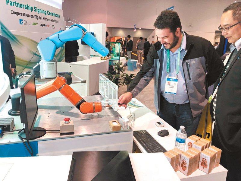 工研院在CES中展出「驅控模組機械手臂」,能做到穿針引線的動作,還能與訪客互動闖關「電流急急棒」遊戲。  工研院/提供