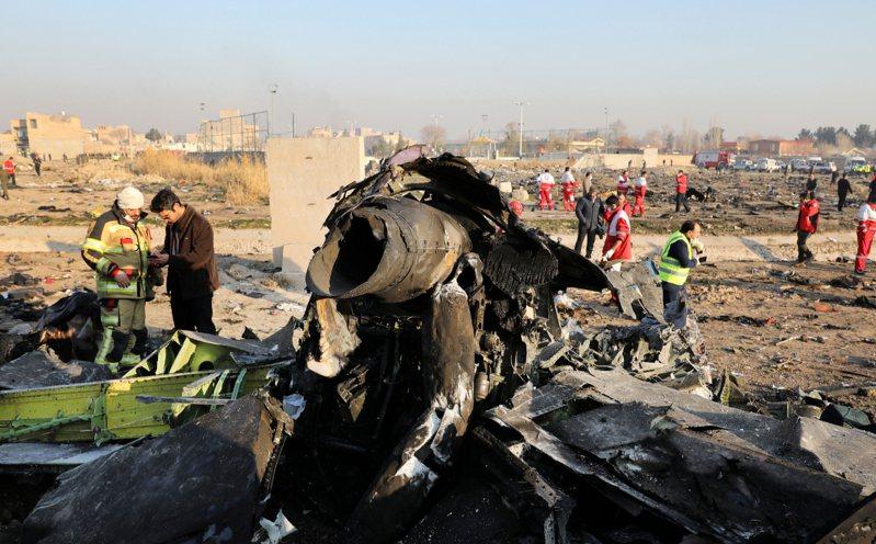 一架烏克蘭客機波音(Boeing)737-800型在伊朗首都德黑蘭西南方墜機,機上176人全數罹難。圖為搜救人員在案發現場蒐證。 美聯社
