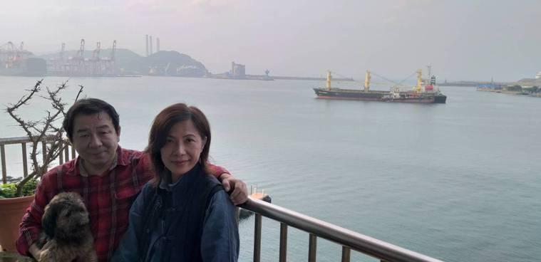 拼貼藝術家梁艷媚(右)在臨港住家創作,她的先生王萬琪是頭號粉絲。 圖/邱瑞杰攝影