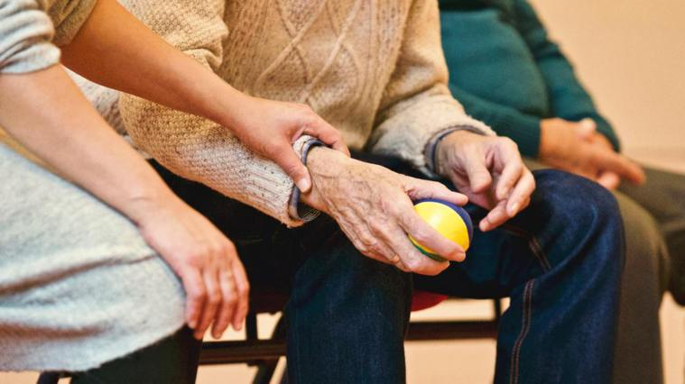 家屬探訪長輩時,把交流重點放在「當下」,多聊現在生活中正向、愉快的事情。 圖/p...