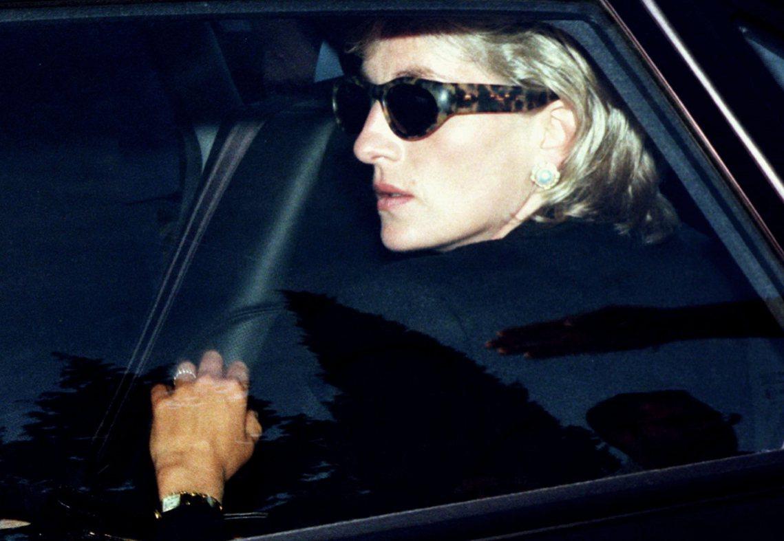 1996年被追拍的黛安娜王妃。自從母親黛安娜王妃被狗仔追逐的意外逼死後,哈利對英...