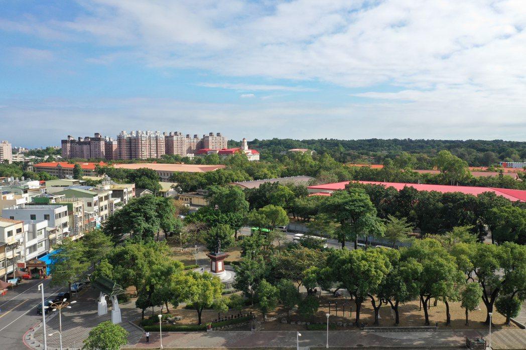 鳳山光遠案有黃埔公園及陸軍官校綠帶無敵景觀。 圖片提供/歐美建設