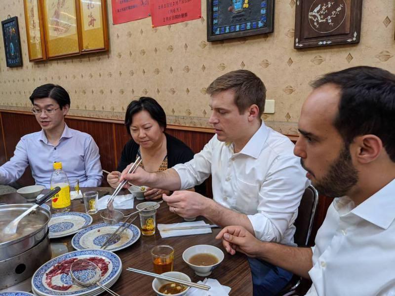民進黨立法委員王定宇分享助理帶美國記者去吃台南牛肉爐的經歷,好吃的美食讓記者們忍不住說出真心話。圖擷自王定宇臉書專頁