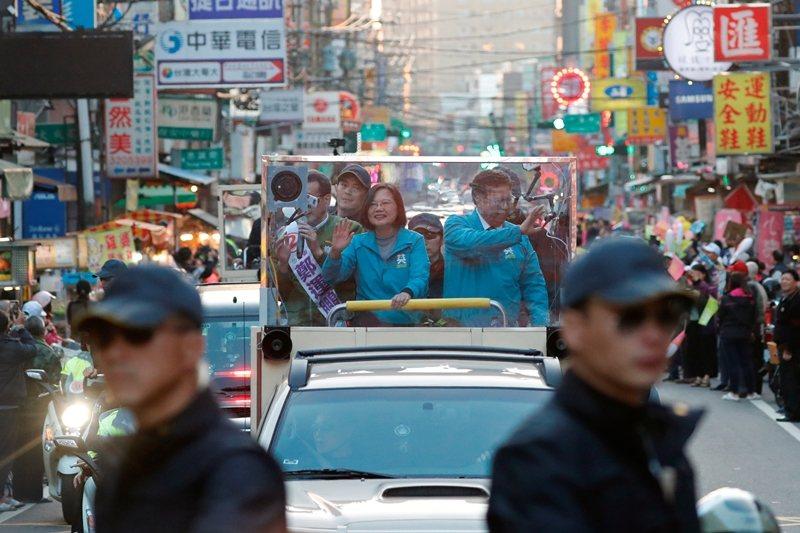 隨著美中貿易戰所爆發的政治衝突持續增溫,夾在美中對峙之間的台灣,必然無法置身事外。 圖/路透社