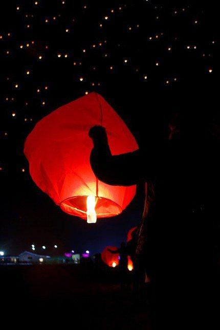放天燈是台灣民俗的一種祈福方式,但也同樣為環境帶來傷害。 圖/Pexels