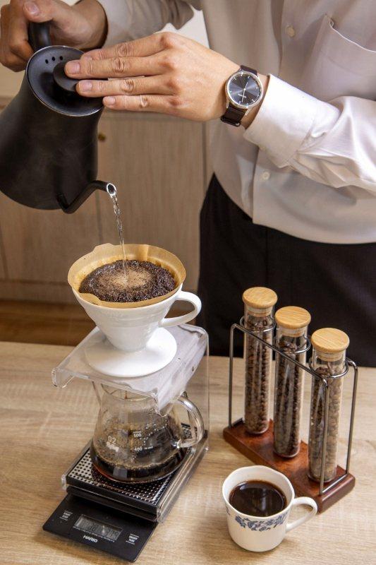 專業咖啡師手沖草莓風味精品咖啡。 台北凱撒/提供