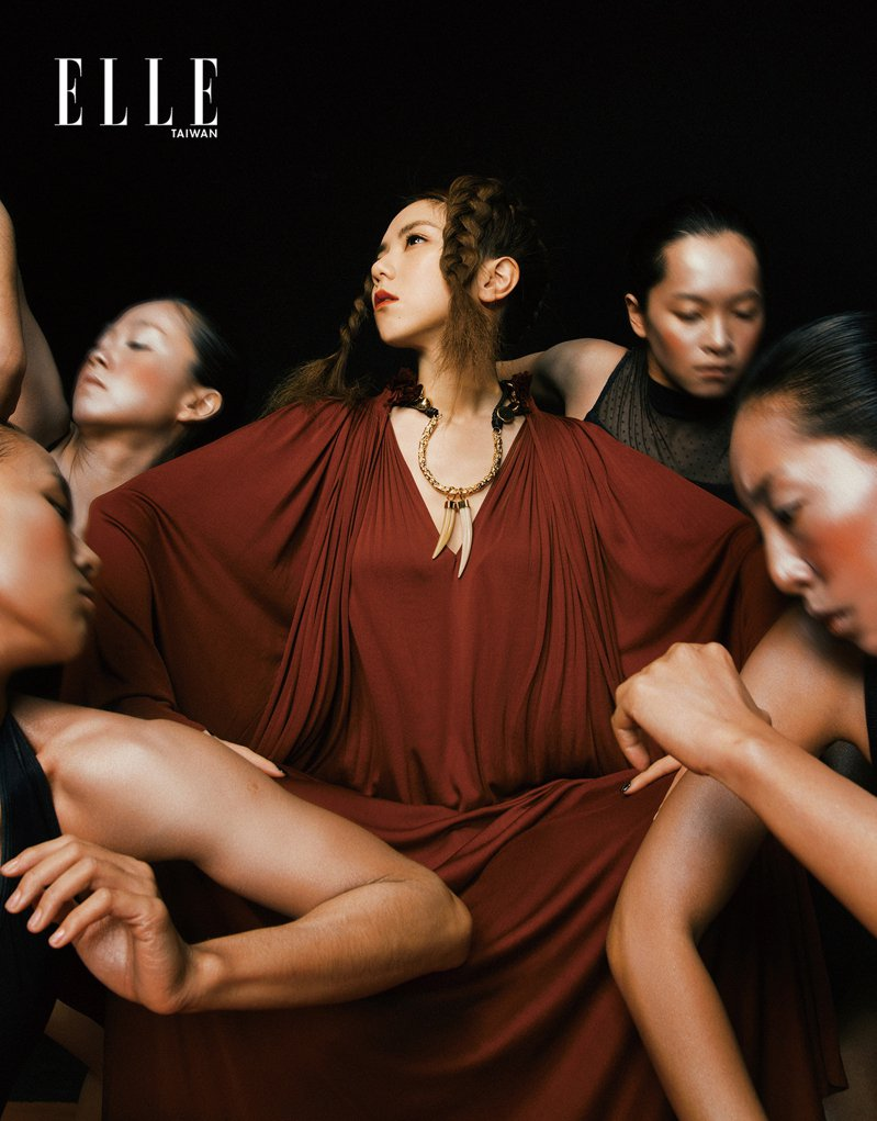 紅棕色壓褶洋裝(CHRISTIAN DIOR);象牙項鍊(CHLOÉ )。 ZHONG LIN
