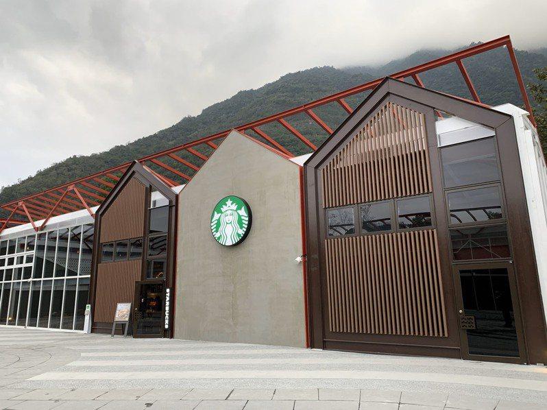 「星巴克花蓮和平門市」以銅色系金屬色系融合冷色系水泥質感的採光屋頂,及大面的落地玻璃。圖/星巴克提供