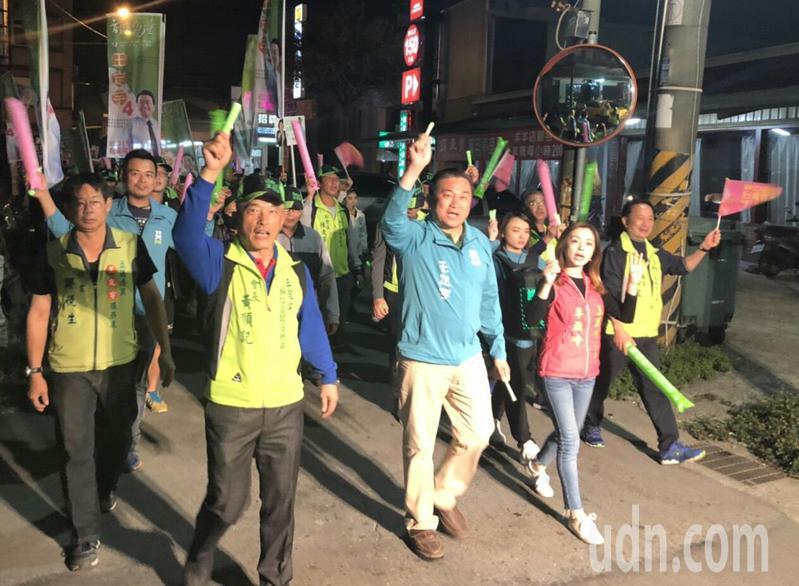 台南市第六選區民進黨立委候選人王定宇昨晚在歸仁市區掃街拜票。記者周宗禎/攝影