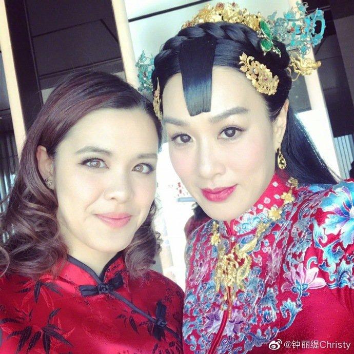 鍾麗緹與女兒。圖/摘自微博