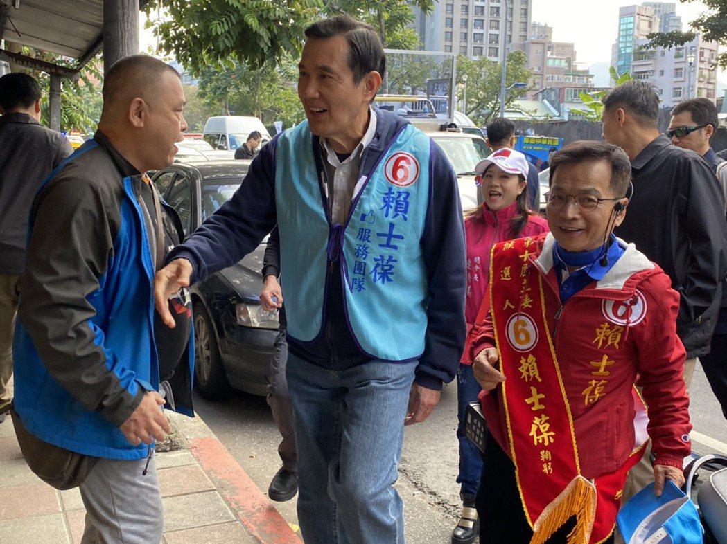 前總統馬英九(左)今天一早到台北文山區木柵市場陪同競選連任的國民黨立委賴士葆(右...