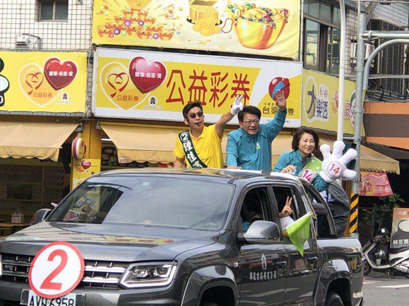 民進黨提名的鍾佳濱今天在屏東市區展開車隊遊行,大動員催票。圖/鍾佳濱競選總部提供
