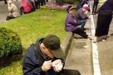 捕捉老人自備簡餐就地扒飯鏡頭 他要韓國瑜永記這一幕