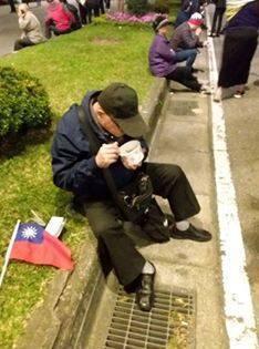 自由作家洛杉基捕捉到老人自備便當簡餐,就地解決的鏡頭,要韓國瑜永遠永遠記得這令人...