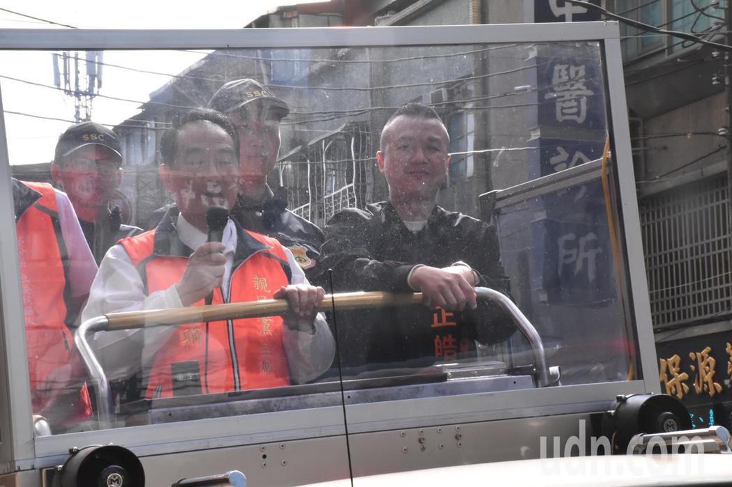 親民黨總統候選人宋楚瑜(左)到中和為李正皓(右)輔選,選前之夜是否會跟鴻海創辦人...