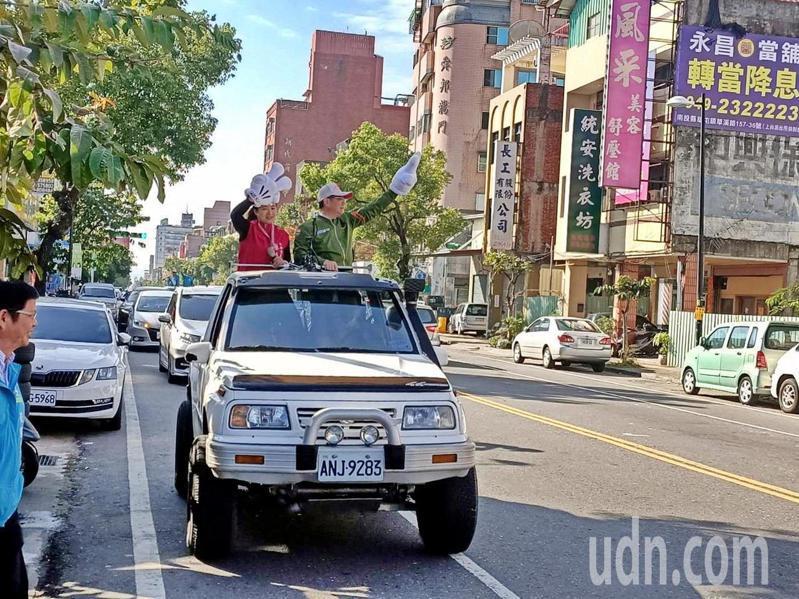民進黨主席卓榮泰上午在草屯為蔡培慧掃街拜票,認為蔡起步早,地方紮根深。記者黑中亮/攝影
