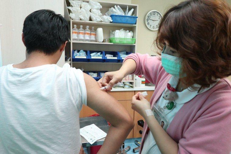 疾管署預估,本季流感疫情最高峰將會出現在下周或下下周,也就是農曆年前。目前公費流...
