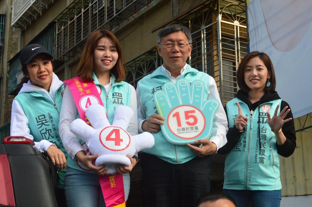 民眾黨主席、台北市長柯文哲(右二)「學姐」黃瀞瑩(右一)。記者施鴻基/攝影