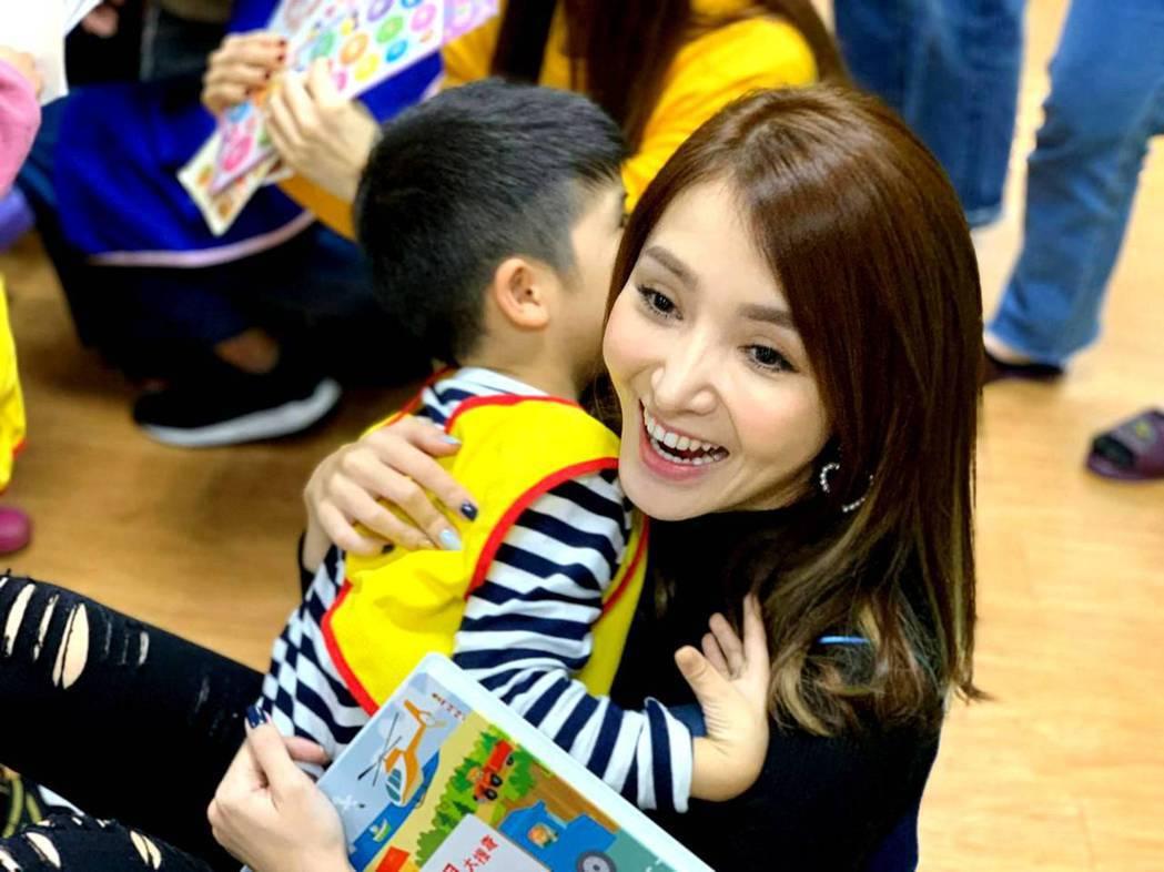 陳子玄擁抱孩童做愛心。圖/三立提供