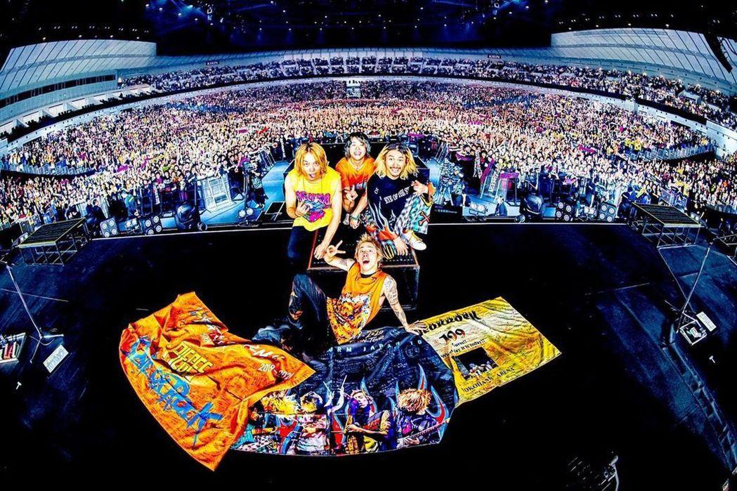 ONE OK ROCK與橫濱12000名粉絲合照。圖/摘自IG