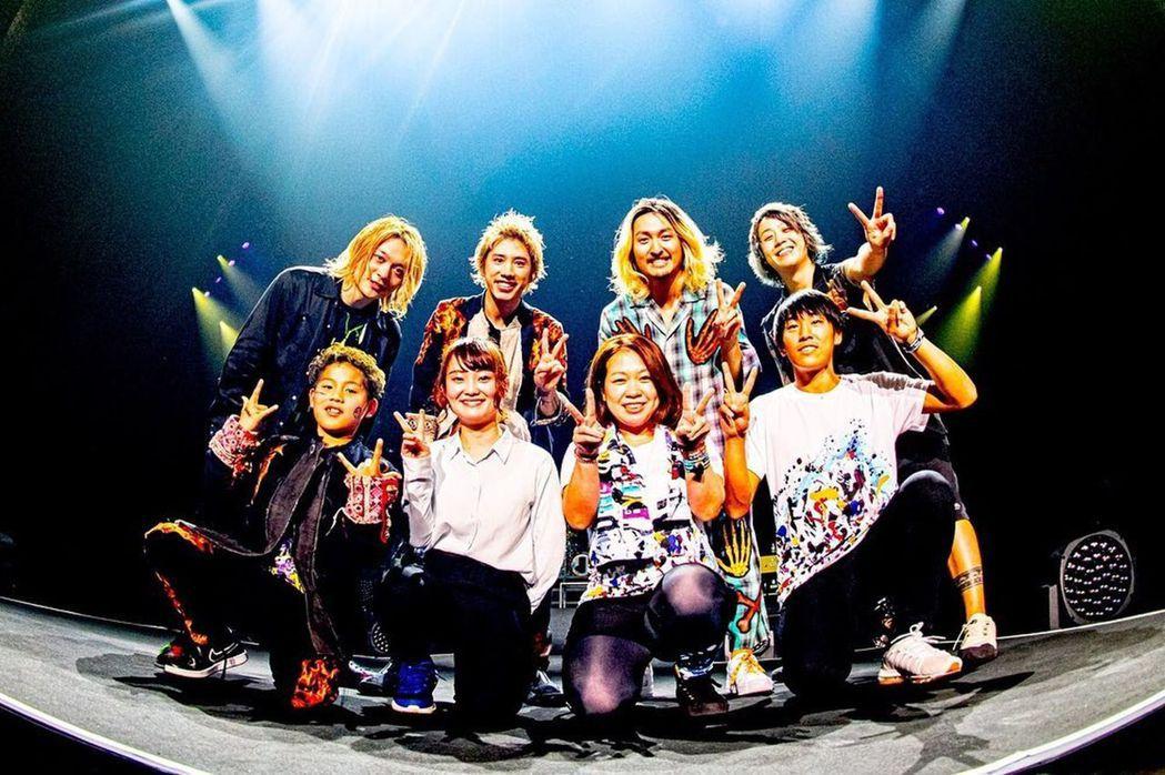 ONE OK ROCK與幸運歌迷在台上合照。圖/摘自IG