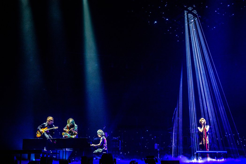 ONE OK ROCK在燈光襯托下演唱抒情歌曲。圖/雅慕斯娛樂提供