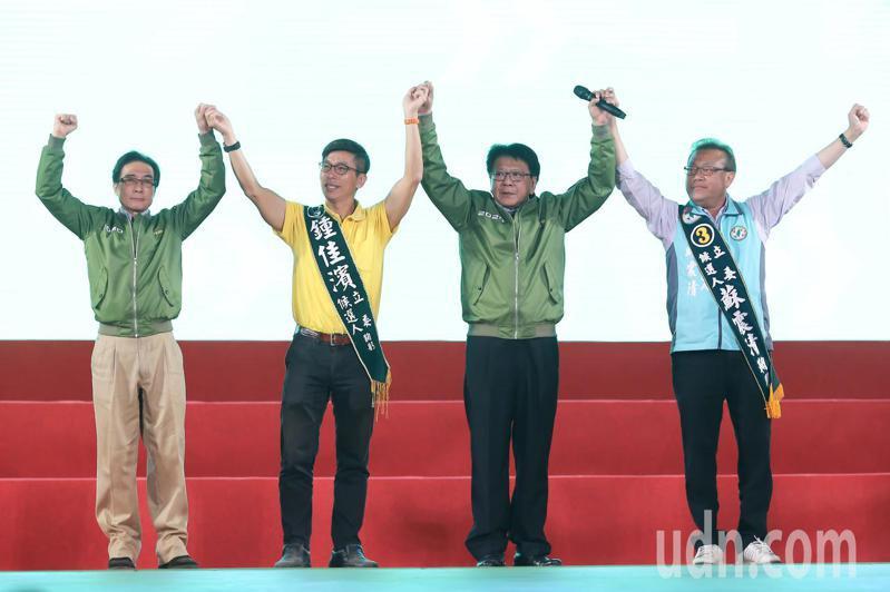 屏東縣長潘孟安(右二)與屏東的立委候選人蘇震清(右一)、鍾佳濱(左二)與立委鍾孔炤(左一),為綠營固票助選。記者季相儒/攝影