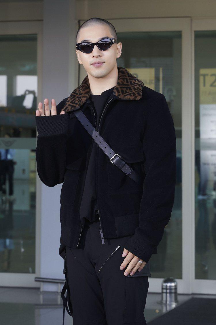 退伍後首次現身機場,頂著大平頭與墨鏡的太陽Tae Yang,難掩帥氣。圖╱FEN...