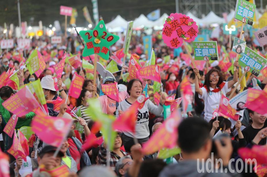 民進黨高雄市選前之夜現場熱情踴躍的支持群眾。記者季相儒/攝影