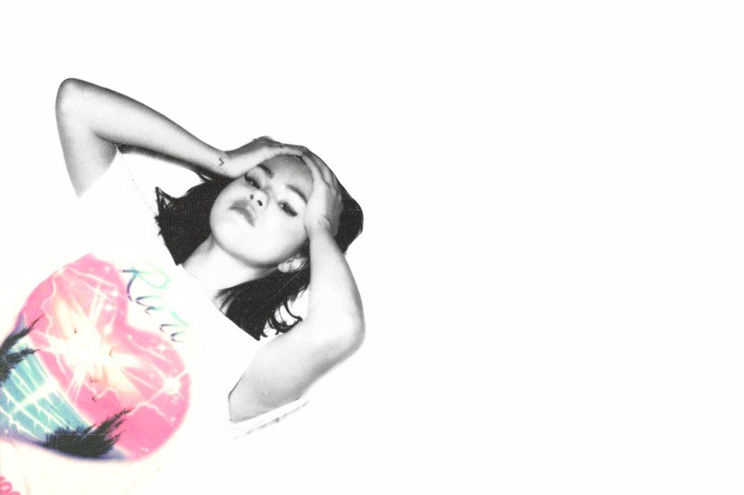 席琳娜歷經失戀,相隔5年推出新專輯熱賣。圖/環球提供