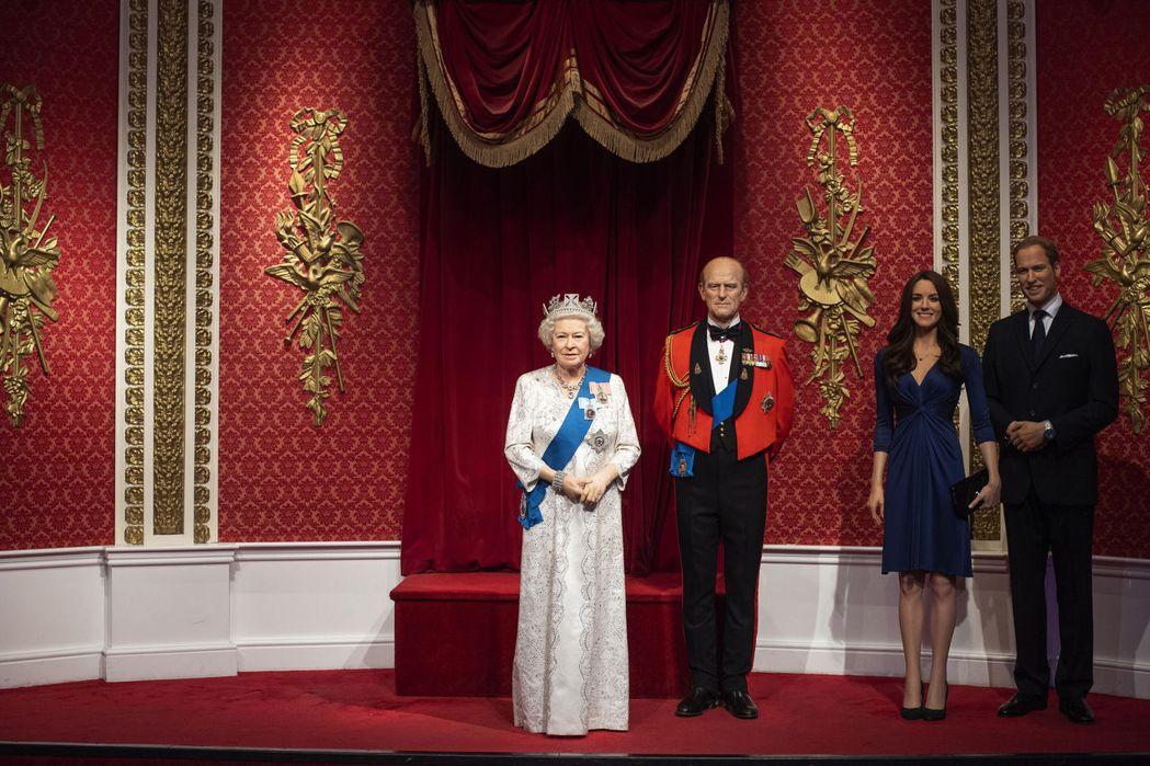 倫敦杜莎夫人蠟像館中英女皇身旁空出一大片位置。(美聯社)