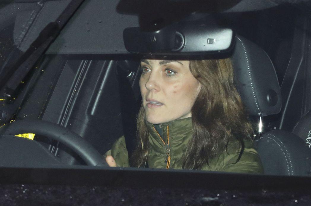 本該開心慶生的凱特,被拍到沒什麼欣喜表情。(美聯社)