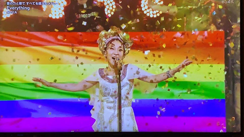 日本歌姬米希亞在NHK 2020紅白歌合戰演出,舞台出現彩虹旗聲援LGBT。圖/...