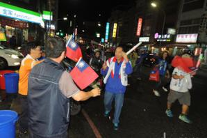 台東藍綠立委候選人選前衝刺 雨中掃街支持者熱情不減