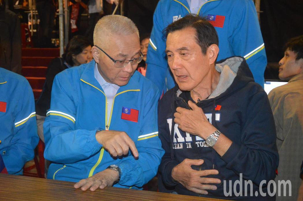 前總統馬英九(右)上台致詞前,與國民黨主席吳敦義在討論。記者施鴻基/攝影