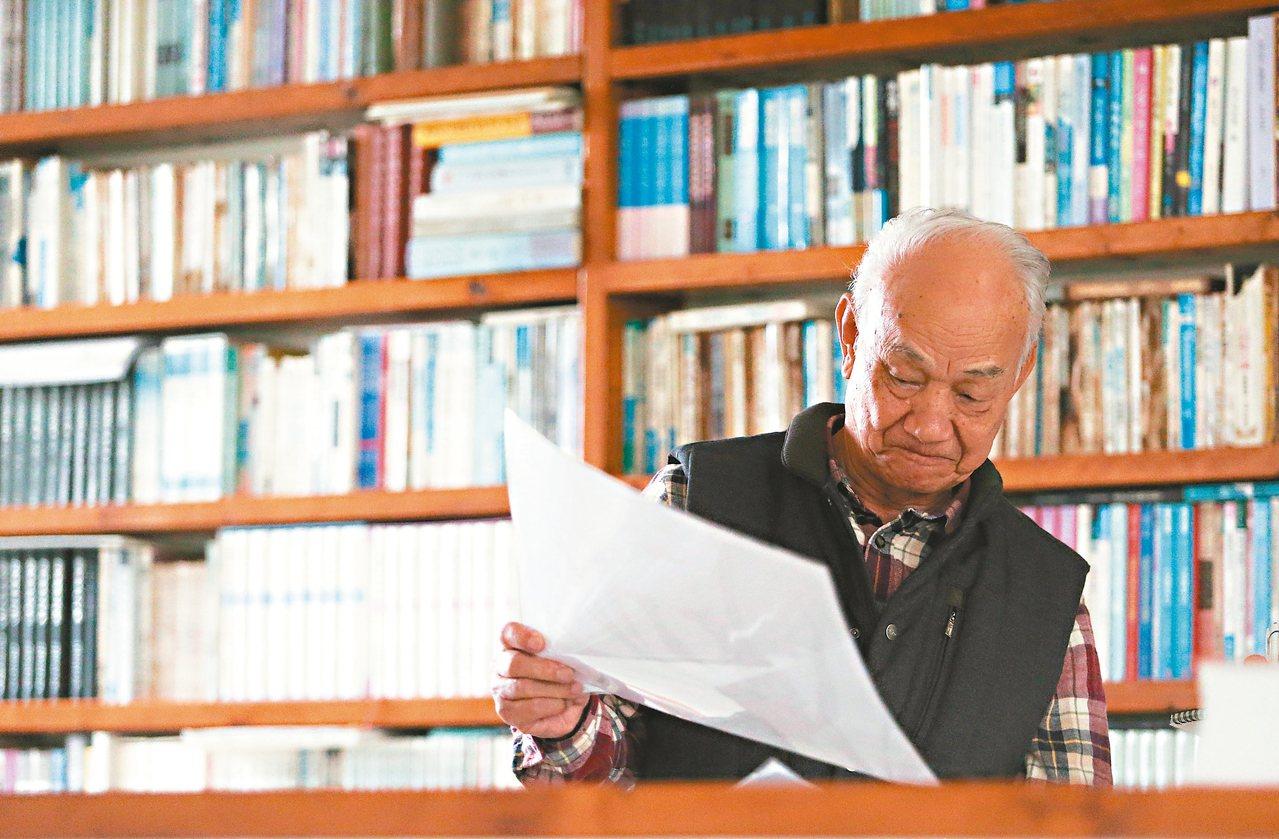 吳晟住家藏書量豐富,他笑稱,有一本書不見了馬上就會知道。 記者黃仲裕/攝影