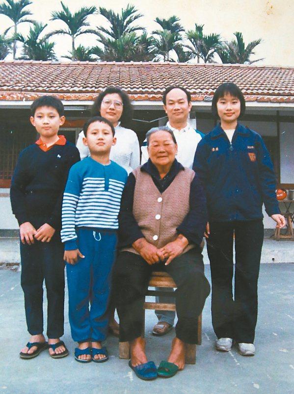 吳晟(後右二)年輕時與母親等家人合影。 圖/吳晟提供