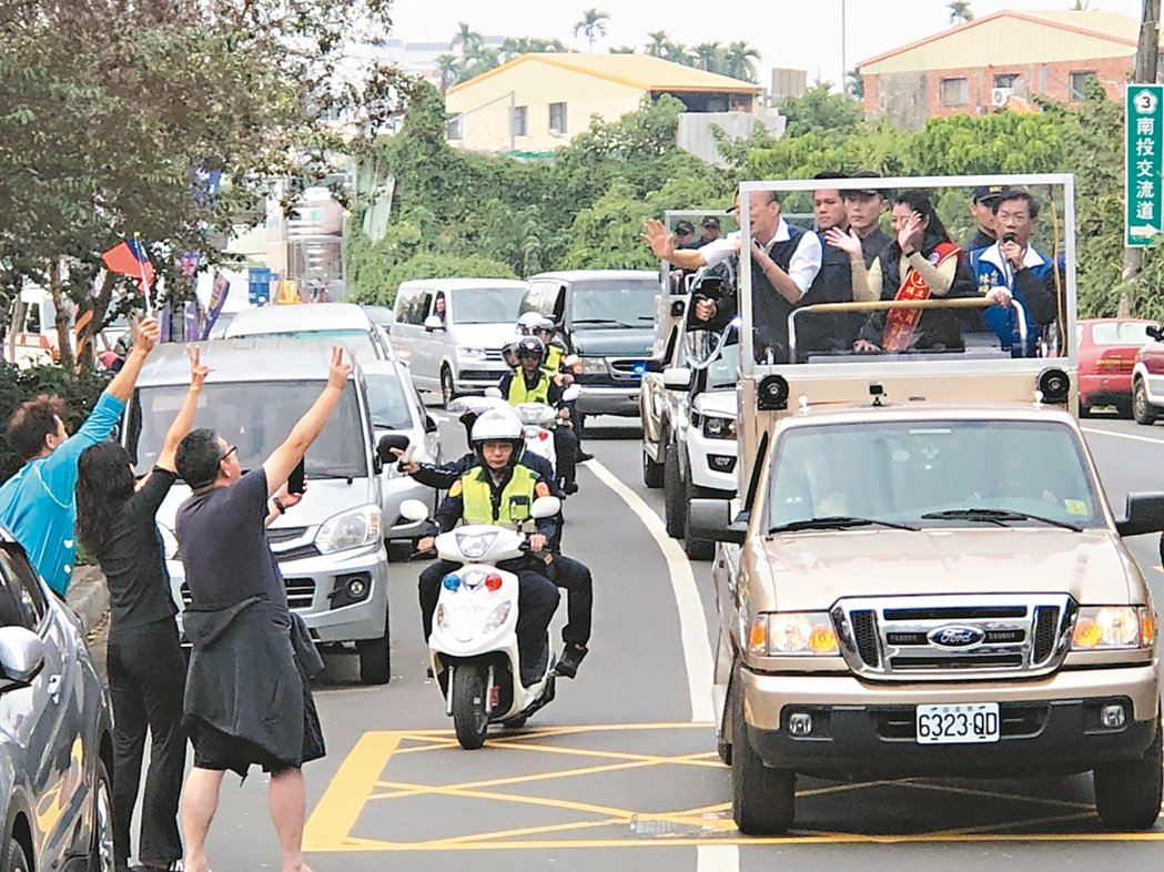 國民黨總統候選人韓國瑜昨天到南投,與立委許淑華在南投市區車隊掃街拜票,藍營支持者...
