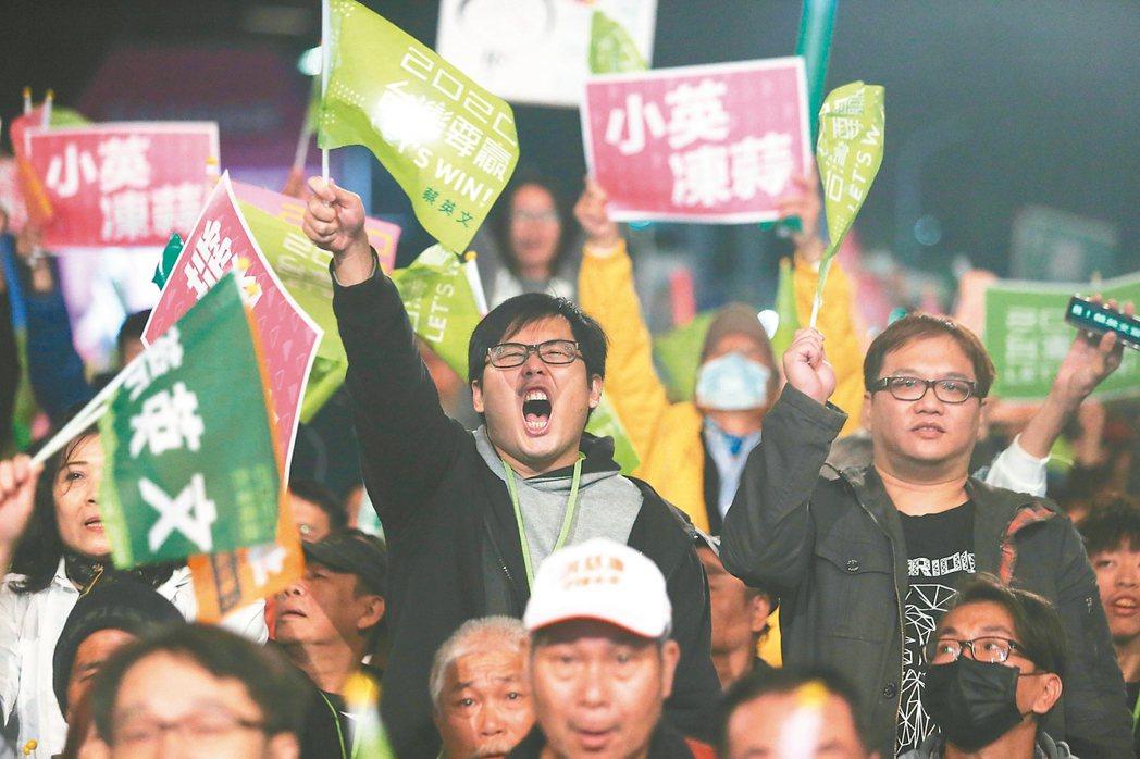 民進黨昨天在台中洲際棒球場舉辦選前之夜,吸引了許多民眾到場參與,並且揮舞旗幟,情...