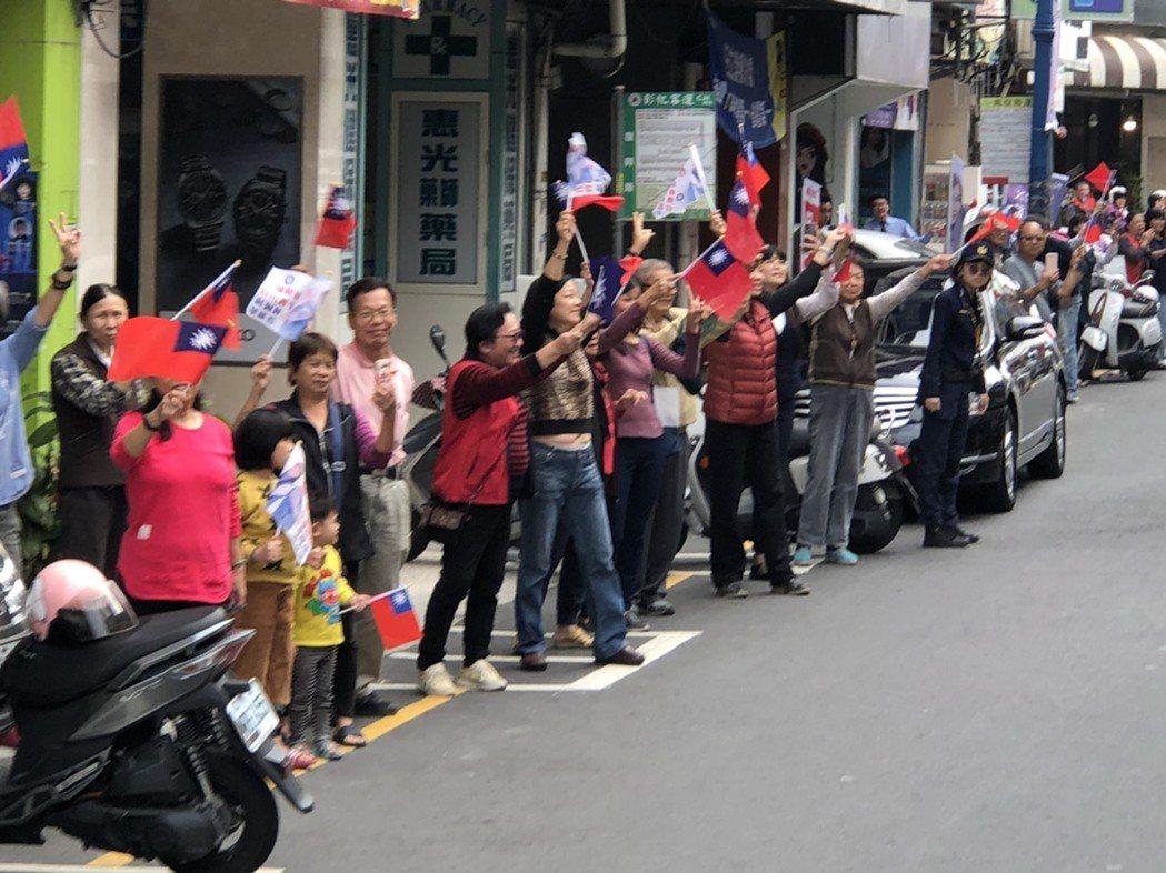 韓國瑜、許淑華昨天下午在南投市區車隊掃街拜票,藍營支持者拿著大小國旗沿途大喊加油...