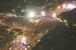 「民主不是天上掉下來的」凱道夜 蔡打香港牌