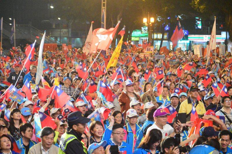 選前之夜國民黨在新北板橋造勢,擠滿支持者。記者施鴻基/攝影