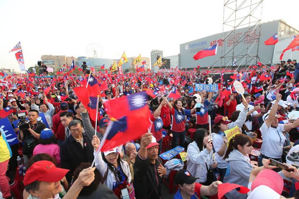 國民黨總統候選人韓國瑜選前之夜在高雄舉行,主辦單位喊破50萬人參加。 記者林澔一...