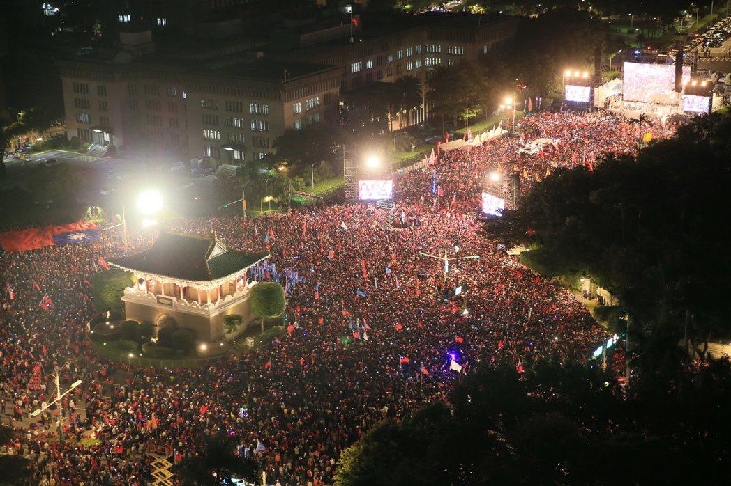 國民黨總統候選人韓國瑜選前在台北凱道造勢,現場重現百萬紅色韓流。記者潘俊宏/攝影