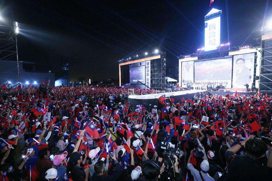 國民黨總統候選人韓國瑜昨天在高雄舉行選前之夜造勢晚會,現場湧入數十萬人相挺。 記...