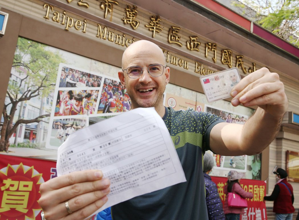 已取得台灣國籍的新住民吳鳳第一次參與總統大選投票,吳鳳認為投票是民主國家非常重要...