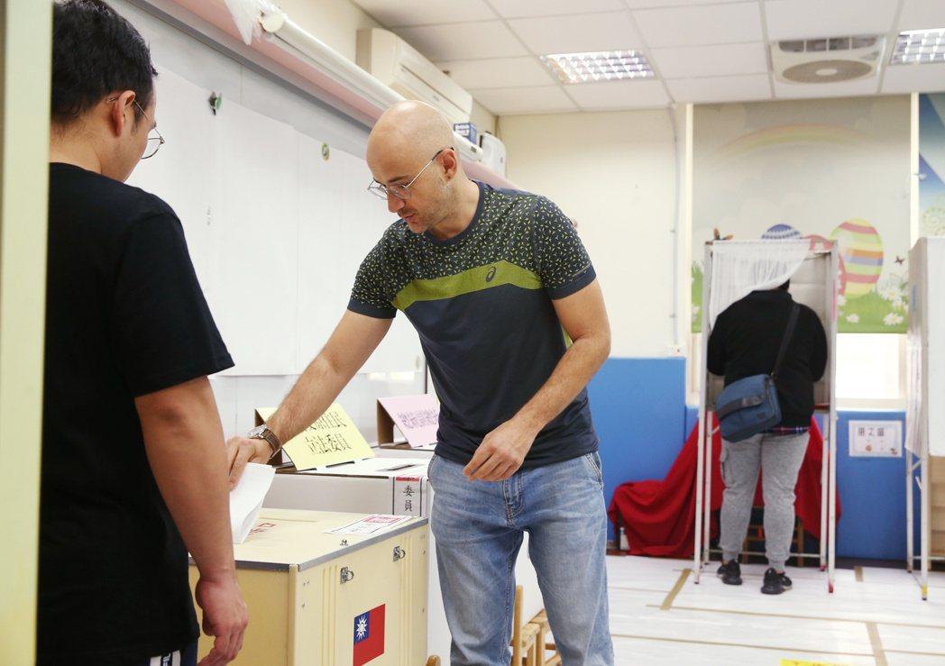 已取得台灣國籍的新住民吳鳳第一次參與總統大選投票,吳鳳慎重投下選票。記者曾原信/...