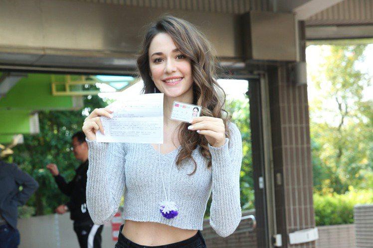 去年拿到台灣身分證的烏克蘭美女瑞莎,今年是首投族,11日上午她和老公一起到投票所,直呼連在烏克蘭都沒投過票,34歲的她,在台灣投下人生第一票,原以為會花上3、4個小時,沒想到5分鐘就投完,她一臉燦爛...